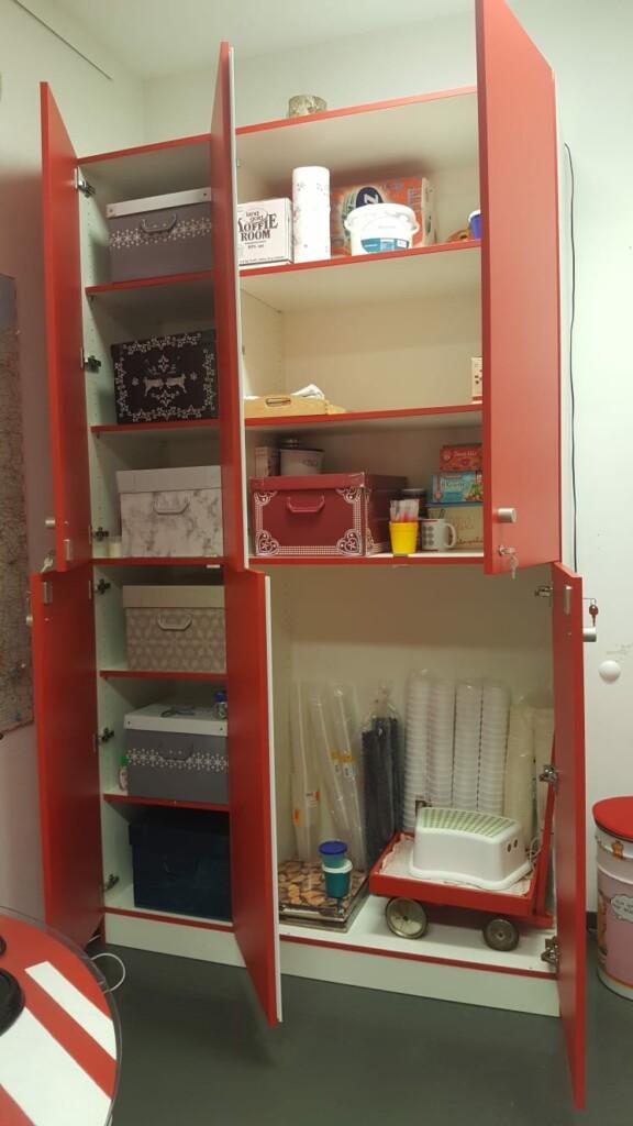 Neuer Schrank im Rollwagerl-Shop mit geöffneten Türen