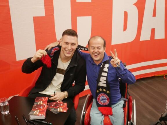 Niklas-Süle-und-Mitglied-Denis-bei-der-Autogramm-Stunde-der-Weihnachtsfeier