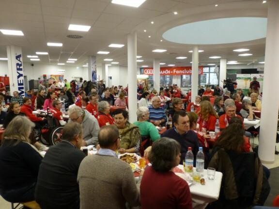 Saal der Weihnachtsfeier mit vielen Gästen