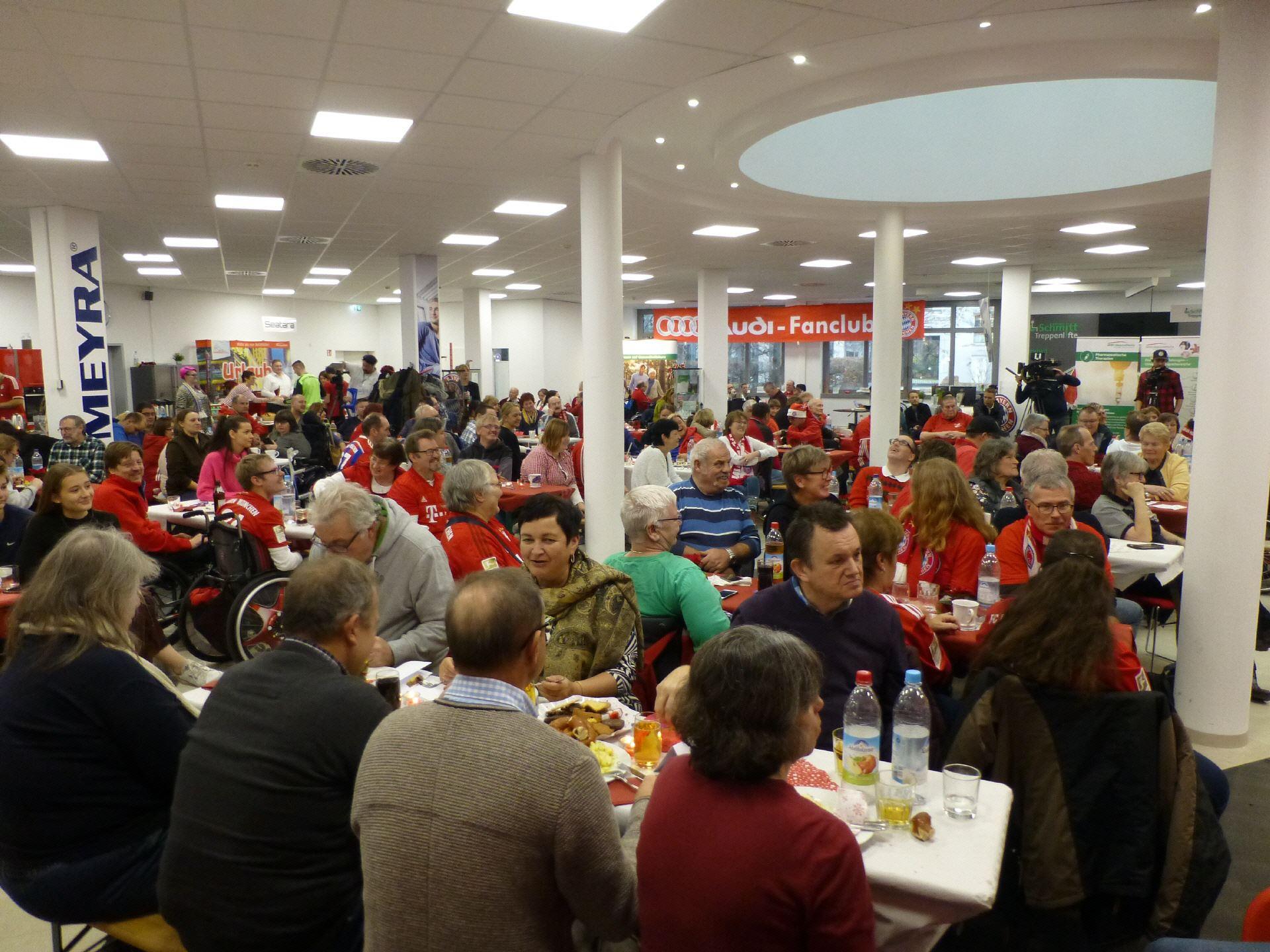 Saal-der-Weihnachtsfeier-mit-vielen-Gästen