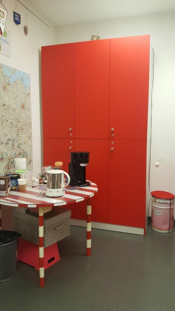 Neuer Schrank im Rollwagerl-Shop mit geschlossenen Türen