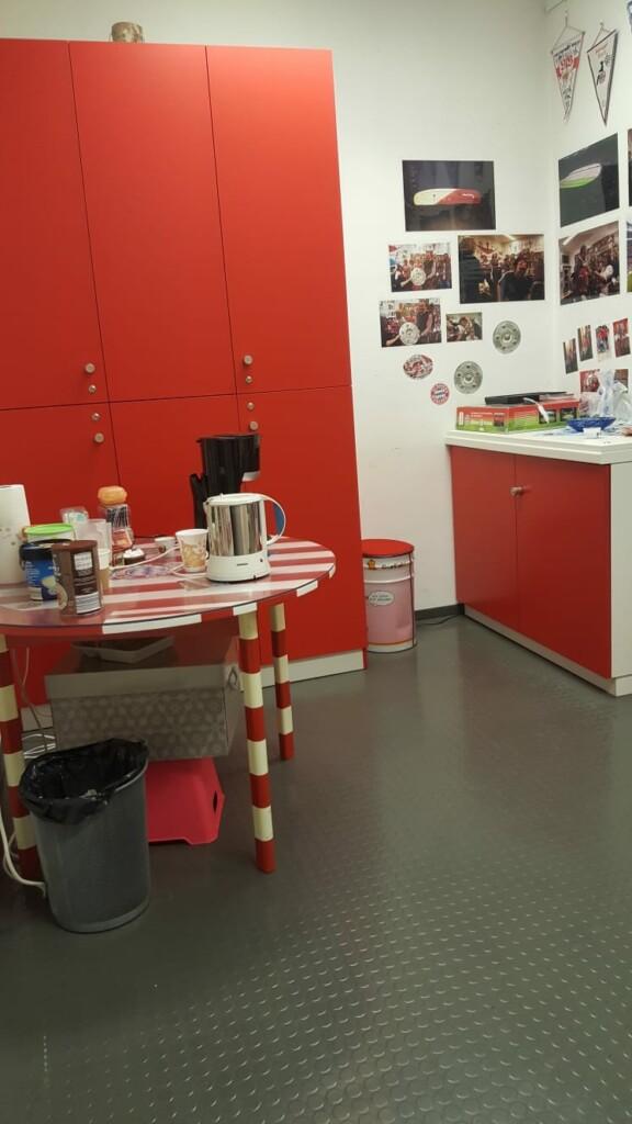 Neuer Schrank im Rollwagerl-Shop mit Tisch und Spüle