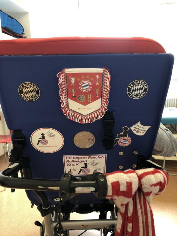 Die Rückseite des Rollstuhls mit FC Bayern Stickern