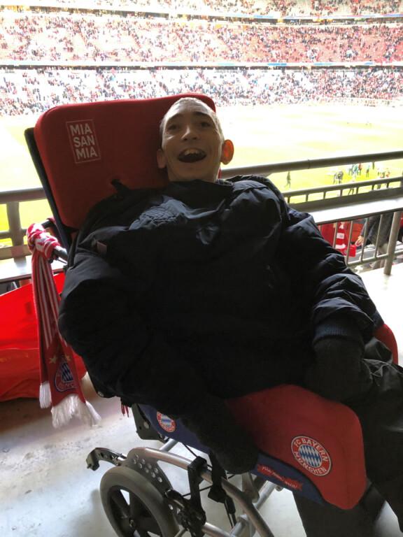 Michael Aigner besucht in seinem FC Bayern Rollstuhl ein Spiel in der Allianz Arena