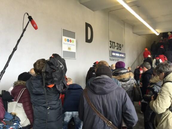 Viele Menschen stehen vor grauer Wand mit einem Schild der Initiative Bayern barrierefrei, die Presse ist anwesend