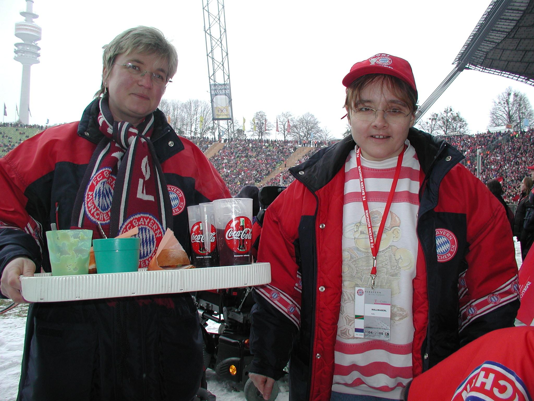 Anita Mägele und Lisbeth Hochholzer mit einem Tablett voller Snacks für die Rollstuhlfahrer im Olympiastadion