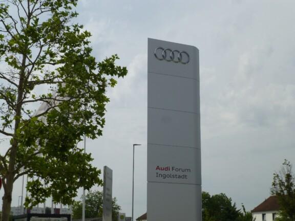 Graue Säule mit der Aufschrift Audiforum Ingolstadt