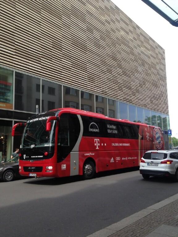 FC Bayern Mannschaftsbus im Verkehr