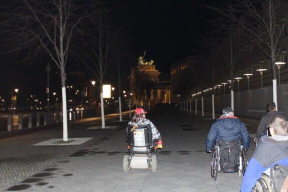 Die Rollis in der Nacht auf den Weg zur Party