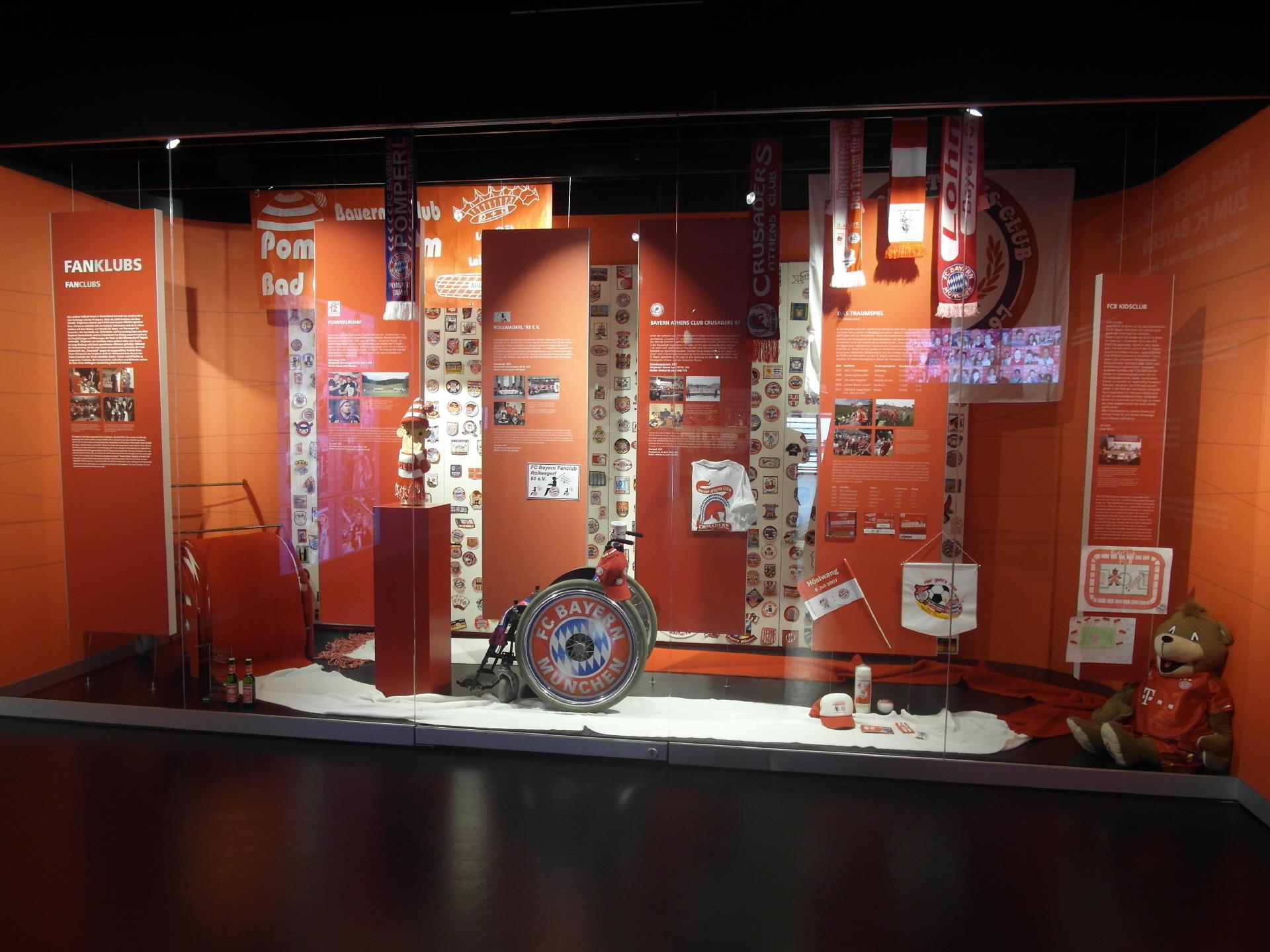 Schaufenster mit diversen Fanartikeln des Rollwagerl 93 eV, präsentiert auf einem Rollstuhl im Rollwagerldesign