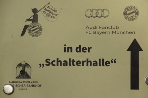 Wegweiser zur gemeinsamen Abendveranstaltung Bayerischer Bahnhof in Leipzig mit dem Audi Fanclub FC Bayern München