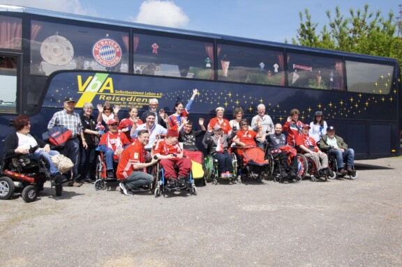 Rollwagerl-Gruppenfoto vor VbA-Reisebus