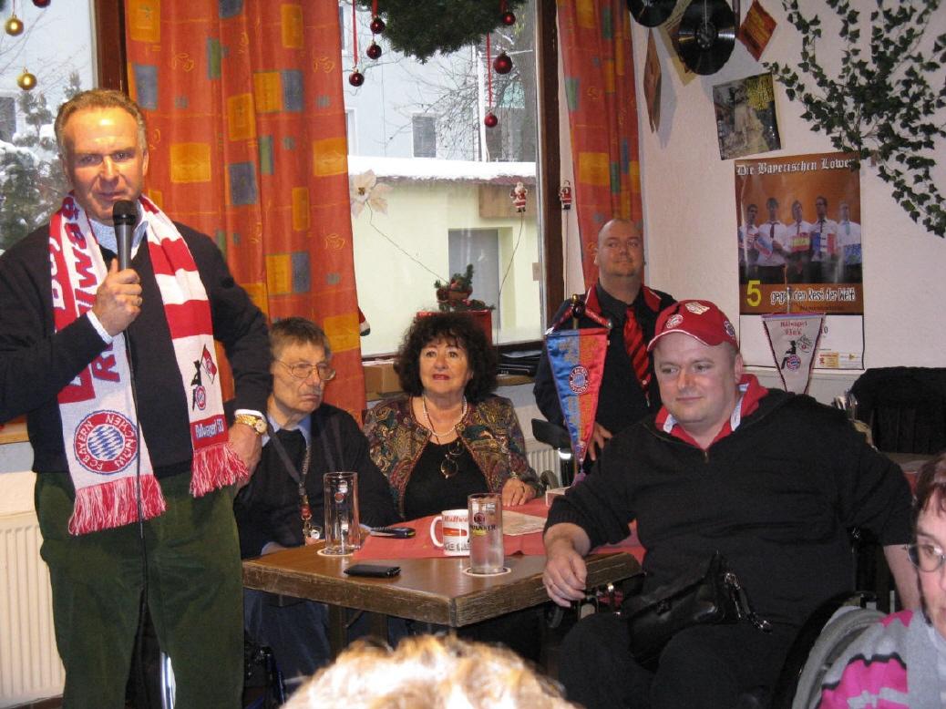 Herr Rummenigge bei der Rede an der Weihnachtsfeier