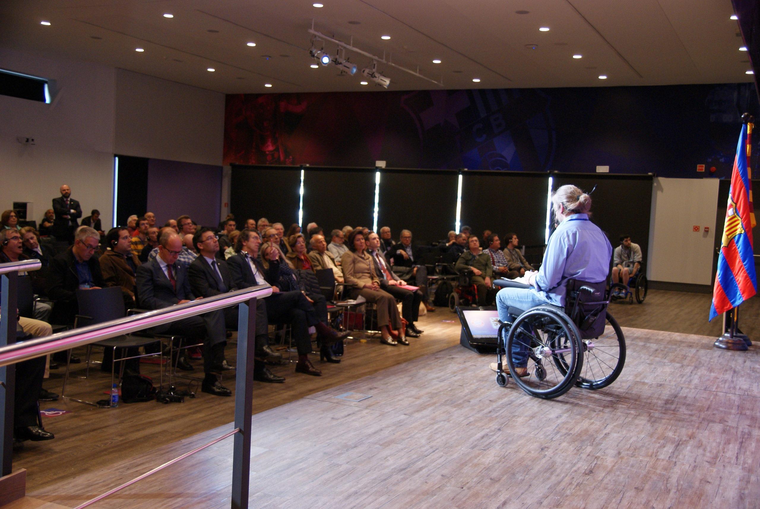 Rede von Kim im Symposium des FC Barcelona. In der 1. Reihe sitzt unter anderem Präsident Josep Bartomeu und Trainer Jordi Cardoner