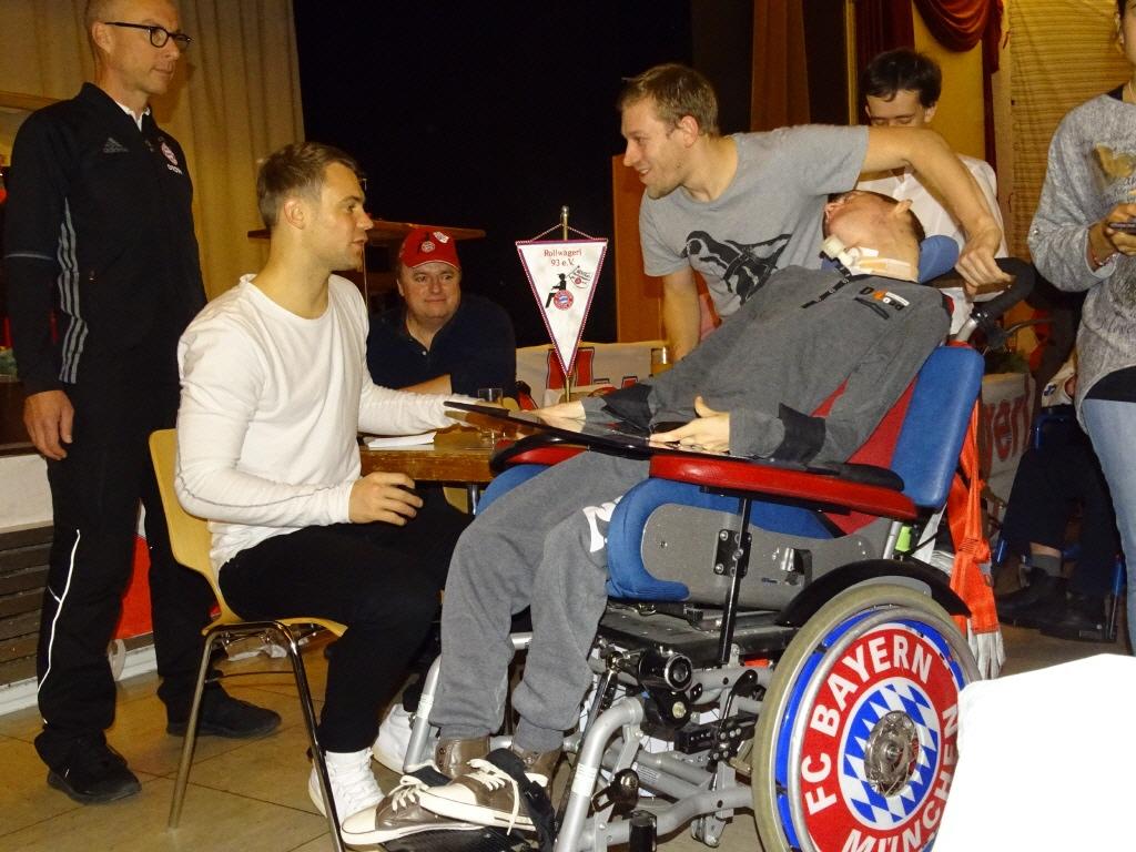 Manuel Neuer mit Rollwagerl Mitglied Tim Hellinger bei der Weihnachtsfeier