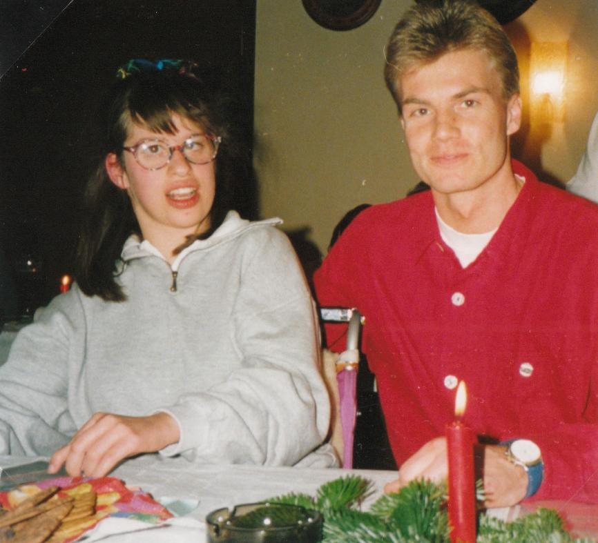 Thomas Helmer mit Susanne Harte an einem Tisch mit Weihnachtsdekoration