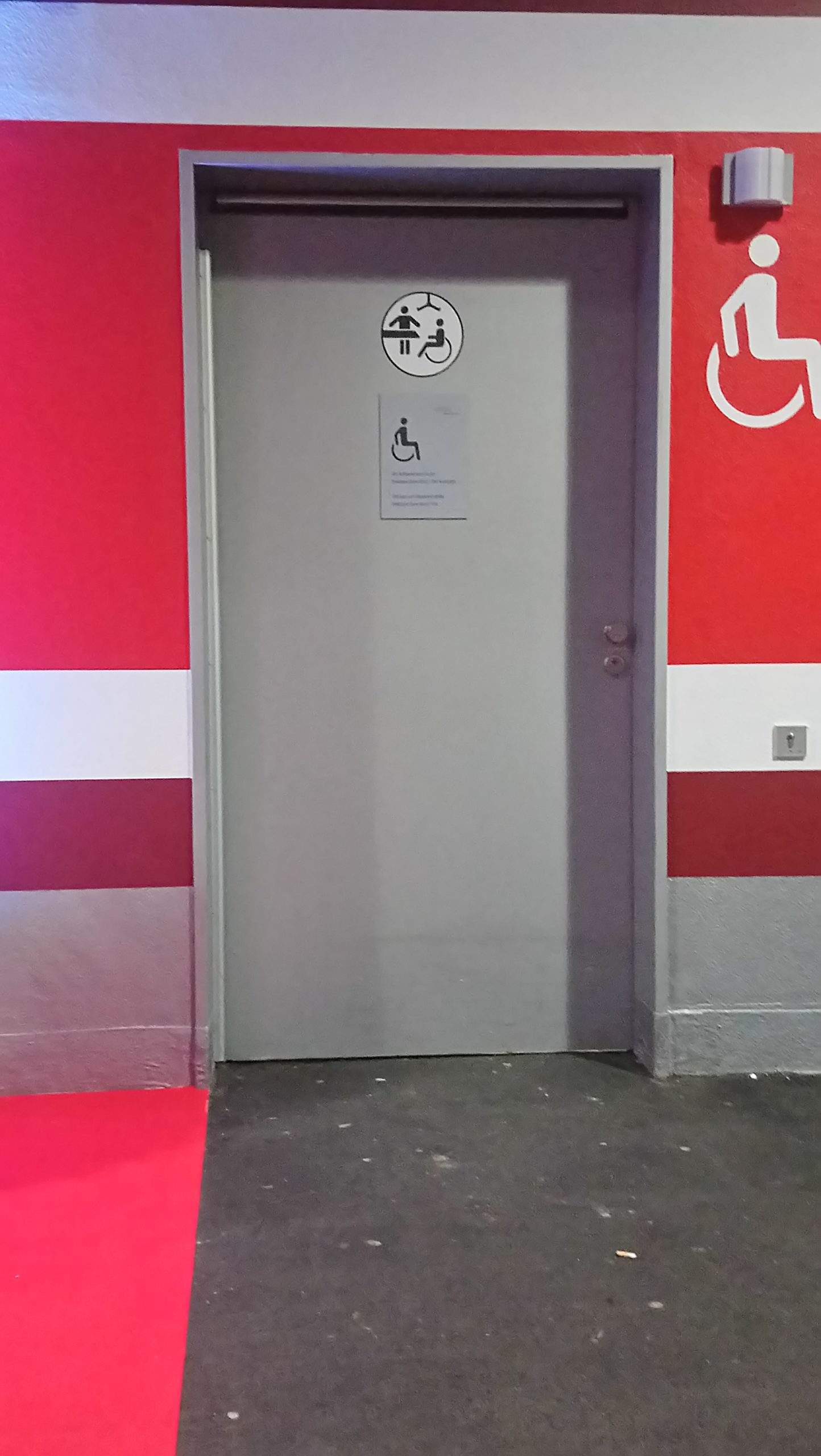 Tür mit dem offiziellen Schild für Toilette für Alle