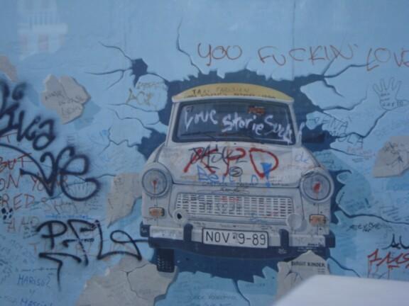 Trappi fährt durch die Berliner Mauer