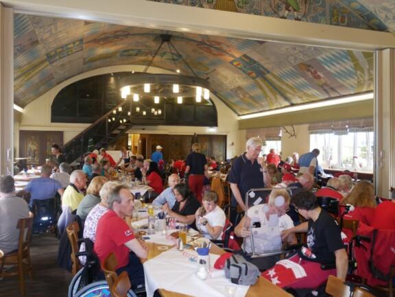 Großer, alter Fest-Saal gefüllt mit Rollwagerl Mitgliedern