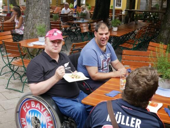 Uli Hofmann mit Thomas Kragl bei schönem Wetter im Biergarten beim Kuchen essen