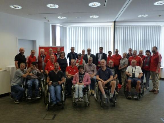 Gruppenfoto mit allen Teilnehmern bei dem Audi Erlebnistag