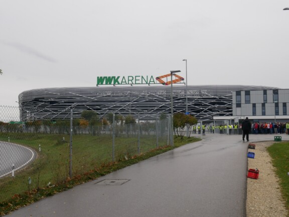 WWK Arena von außen vor dem Spiel mit Zuschauern