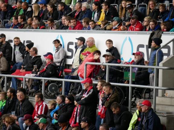 Unsere Mitglieder im Rollstuhl beim anfeuern des FC Bayern beim Spiel in der ausverkauften Arena in Augsburg