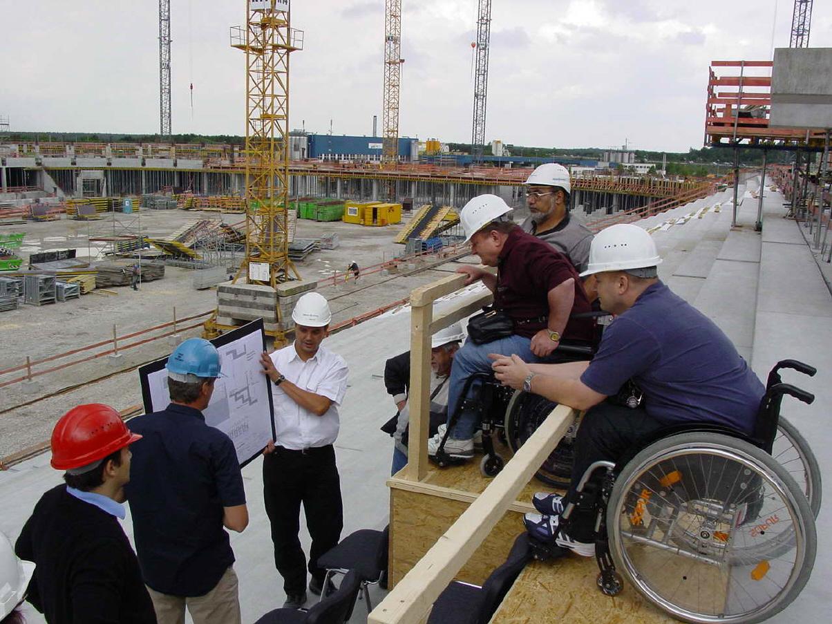 Besprechung auf der Baustelle der Allianz Arena mit den Vorständen der Fanclubs für Menschen mit Behinderung von achtzehnhundertsechzig München und dem FC Bayern München , sowie den verantwortlichen Architekten und Geschäftsführer