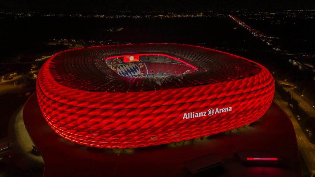 Allianz Arena leuchtet rot