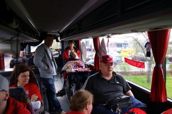 Mitglieder im Rollstuhl sitzen im Reisebus