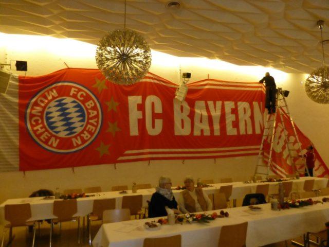 Aufhängen des großen Bayern Banner; Copyright: Alex Krämer