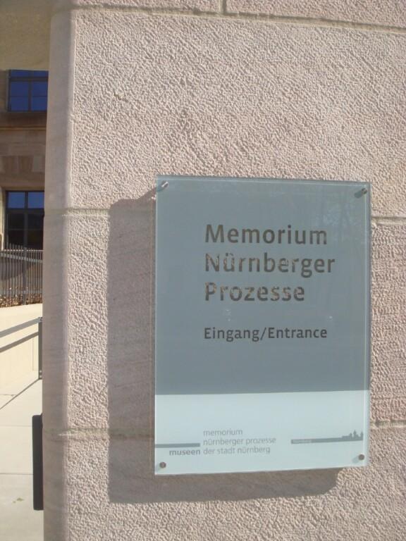Hinweisschild - Memorium der Nürnberger Prozesse - Eingang;