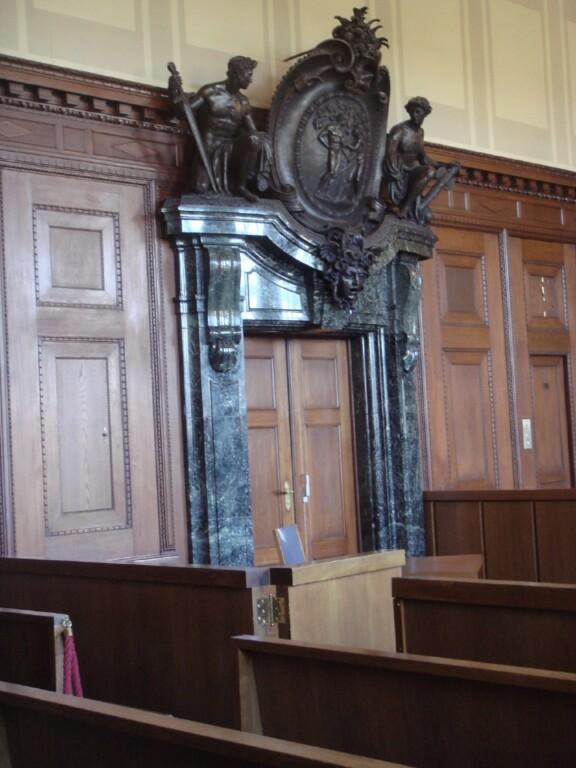 Historischer Gerichtssal - Eingangstür mit Bürste;