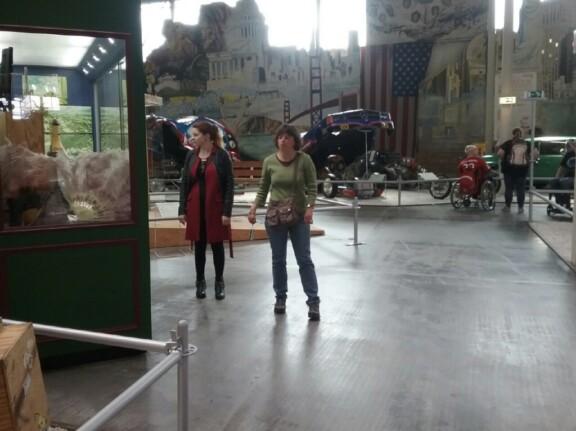 Jacky unsere Gebärdensprachdolmetscherin und Martina vom READ DEAF Fanclub im Museum in Sinsheim