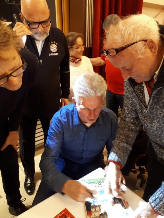 Norbert sorgt für Begeisterung mit seinem 60 Jahre altem Autogrammbuch mit allem was Rang und Namen im deutschen Fussball hat