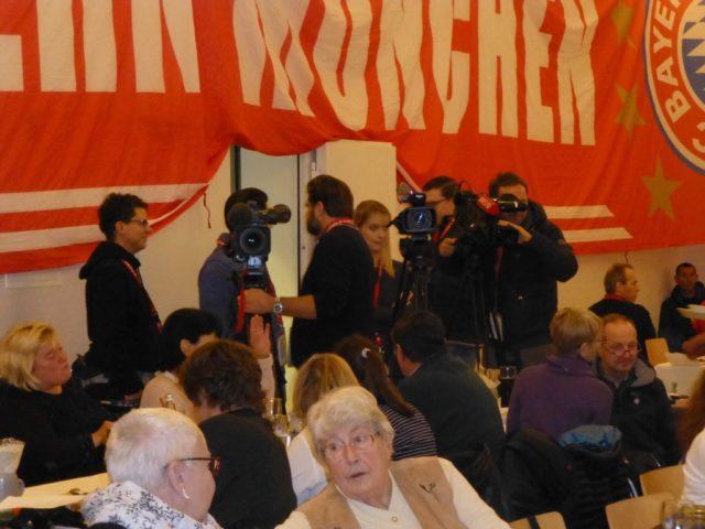 Pressevertreter warten gespannt auf Jupp
