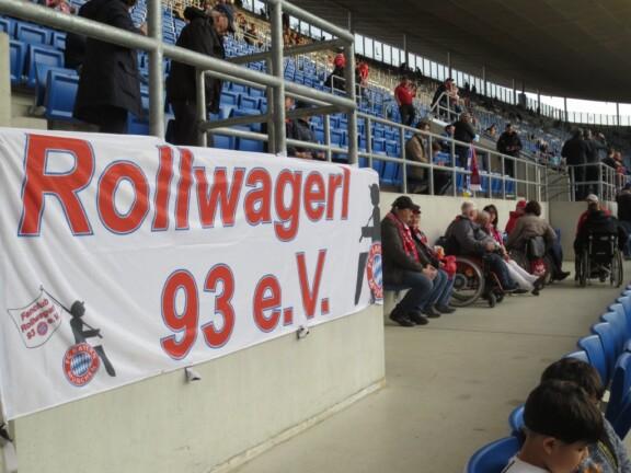 Rollipllätze mit Rollwagerl-Banner im Stadion