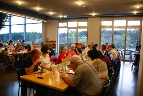 Gemeinsames Abendessen an langen Tischen