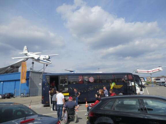 Reisebus auf dem Parkplatz des Technik Museum Sinsheim