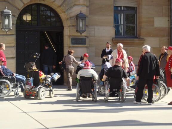 Teilnehmer vor dem Eingang zum Gebäude;