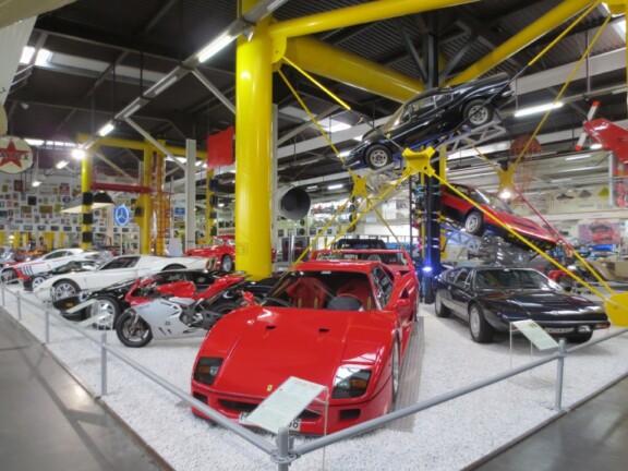 Roter Ferrari und weitere Autos im Technik Museum