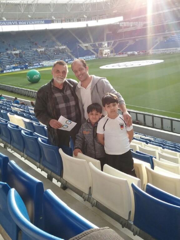 Zwei syrische Jungen in Begleitung im Hoffenheim-Stadion