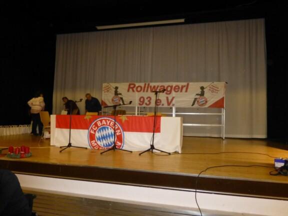 Vorbereitung Bühne mit langem Tisch und Rollwagerl-Banner