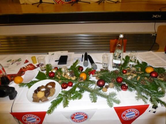 Weihnachtlich dekorierter Vorstandstisch