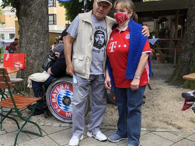 Unsere Lisbeth und Hans Kraus im Biergarten bei Sommerfest
