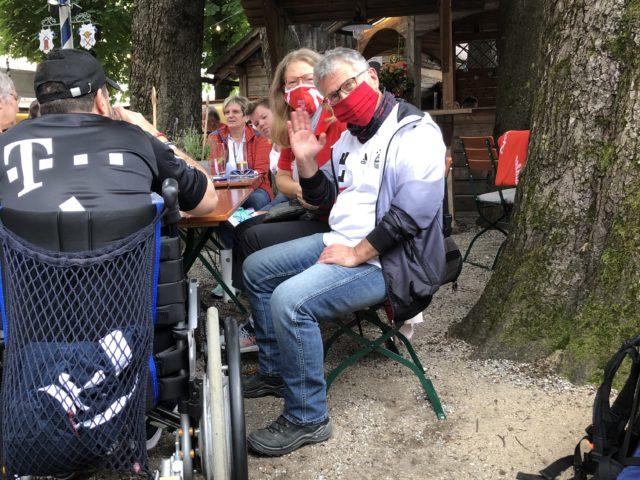VIP-Tisch mit Ersen Tekin im Schatten des Biergartens