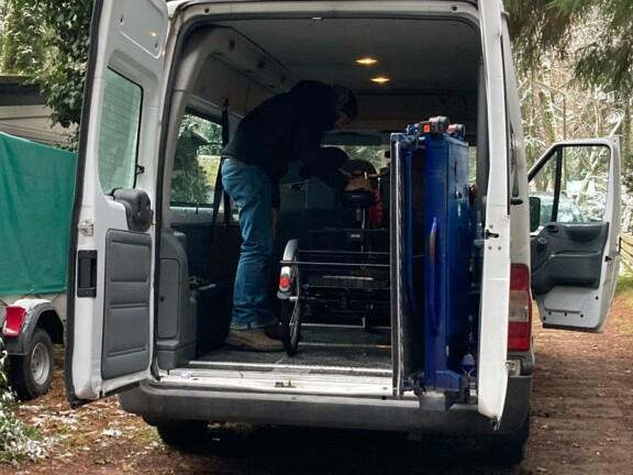 Mann hat E-Dreirad in Kleinbus verladen