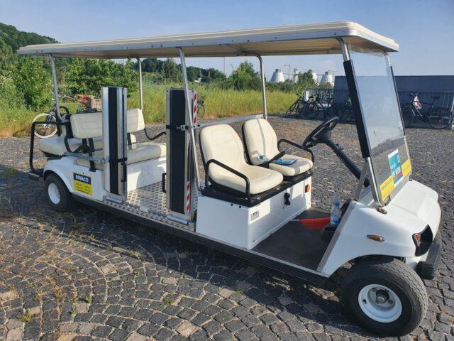 Rollstuhlgerechter Caddy der UEFA auf der Esplanade