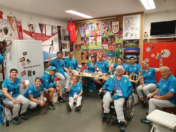 Gruppenfoto der Volunteers im Rollwagerl-Shop