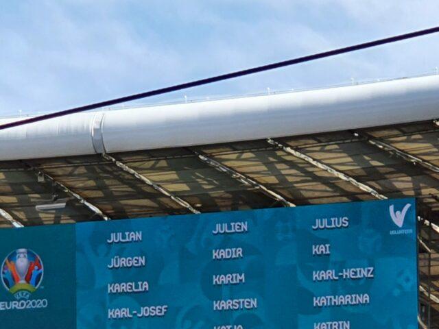 Auf der Leinwand der Allianz Arena werdenalle Vornamen der Volunteers angezeigt.